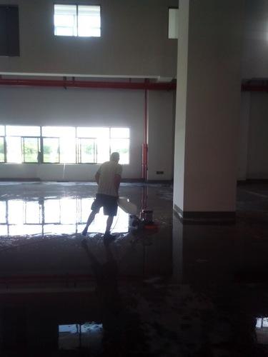 中型洗地機清洗地面