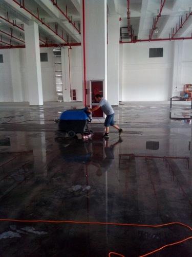 大型洗地吸水機清洗地面