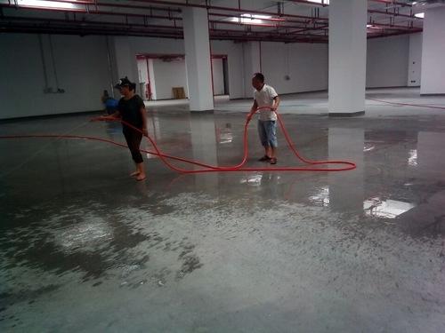 對地面進行灑水操作